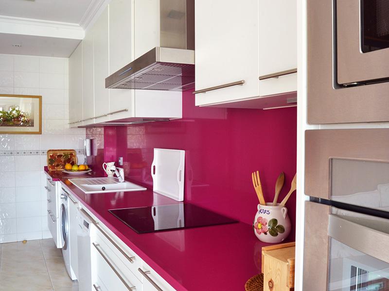 Cocina blanca y rosa dise os arquitect nicos - Cocinas rosa fucsia ...