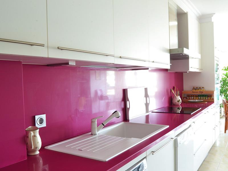 Cocina blanca y rosa dise os arquitect nicos for Cocina industrial blanca
