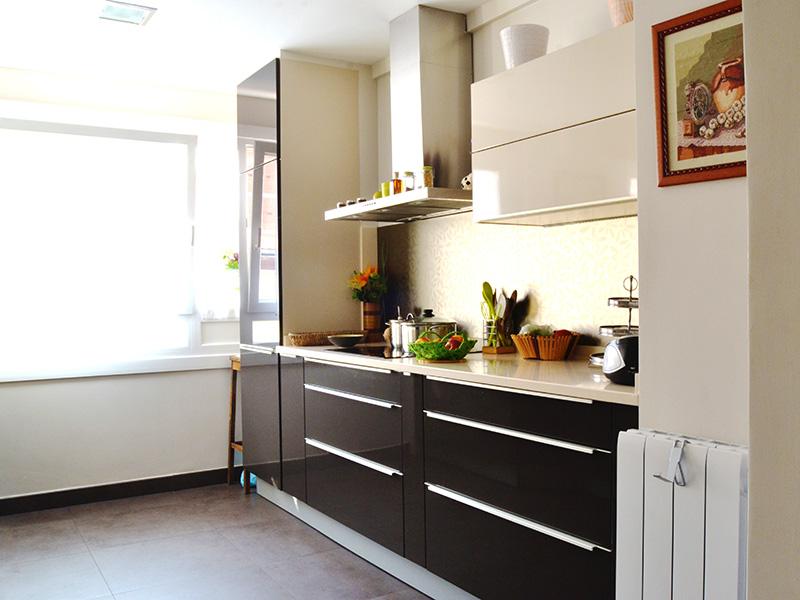 Reforma de cocina descripci n for Cocina blanca encimera beige